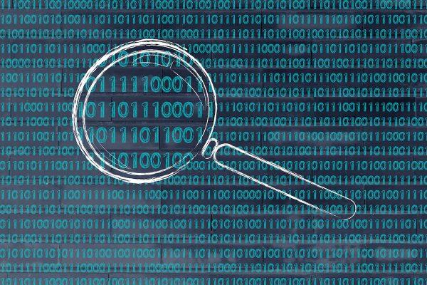 Datenextraktion - Lupe fährt über Daten
