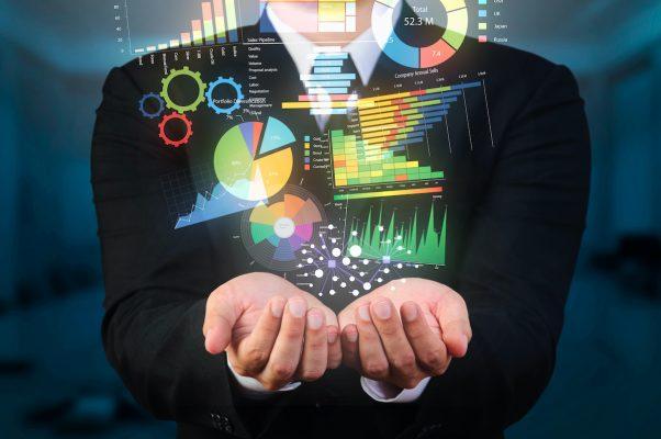 Geschäftsmann hält Daten-Visualisierung